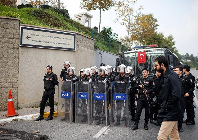 Forças de segurança da Turquia em frente ao consulado dos EUA em Istambul durante um protesto contra a visita de Barack Obama ao país, em novembro de 2015