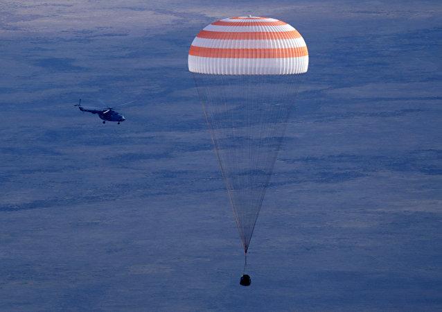 Cápsula da Soyuz MS-01 aterrissando no Cazaquistão com os astronautas da EEI