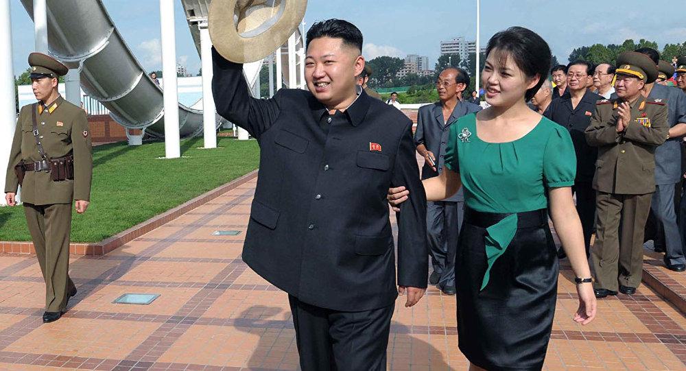 Quinta-feira, julho 26, 2012, líder norte-coreano Kim Jong Un acompanhado por sua esposa Ri Sol-ju em Pyongyang.
