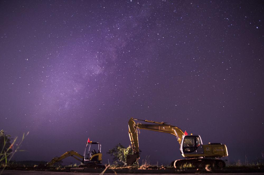 Foto da Via Láctea feita com uma longa exposição em Rangum, Myanmar