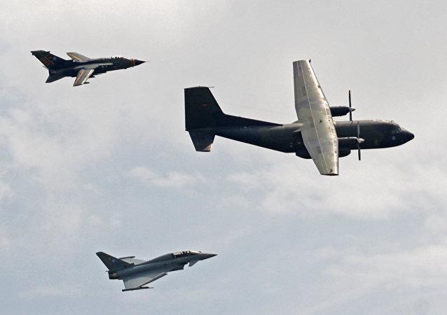Caças Eurofighter e aeronave de transporte Transall durante um voo de exibição no dia da Bundeswehr, 13.06.2016