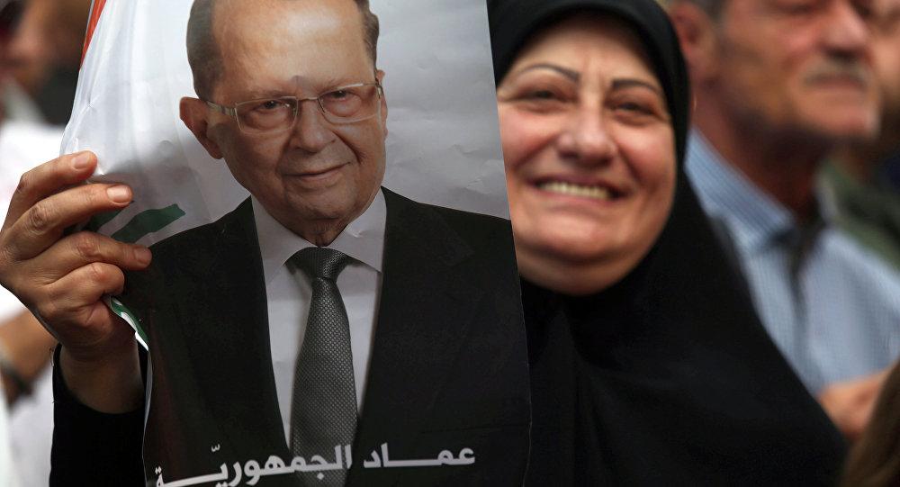 Uma mulher está carregando a foto do presidente recém-eleito do Líbano Michel Aoun em Beirute, Líbano, Outubro 31, 2016