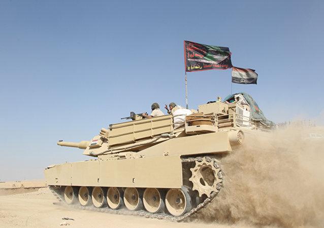 Tanque do exército iraquiano nos arredores de Mossul, Iraque, 30.10.2016