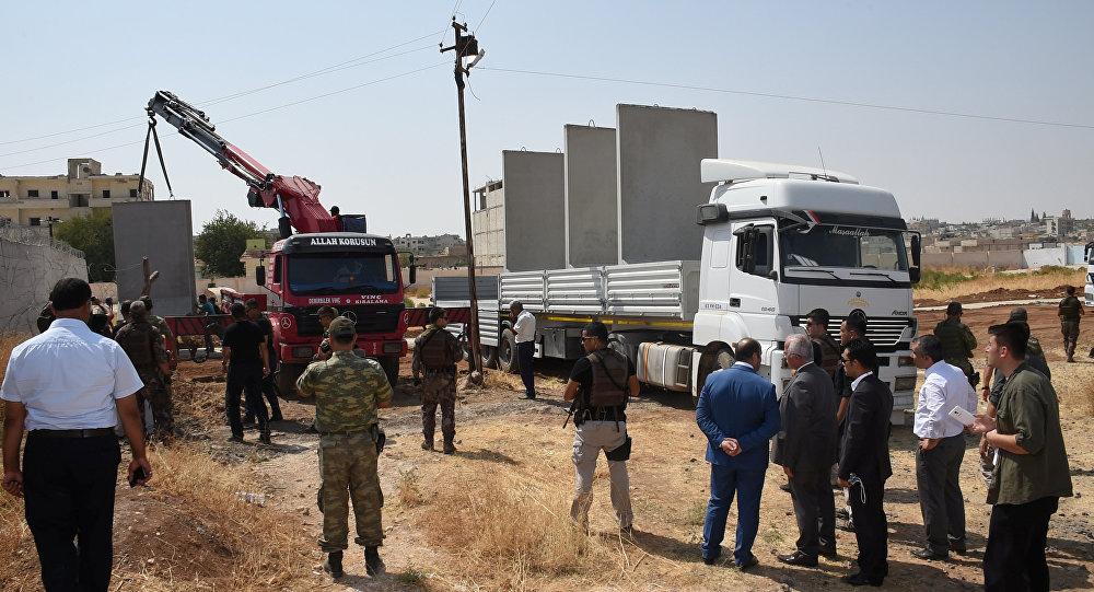 Autoridades civis e militares realizam inspeção da construção do muro entre a Turquia e a Síria. 29 de agosto de 2016