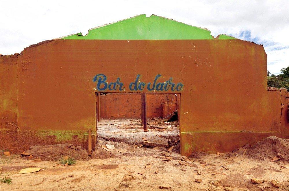 A lama tingiu de vermelho as paredes verdes do Bar do Jairo, em Paracatu de Baixo