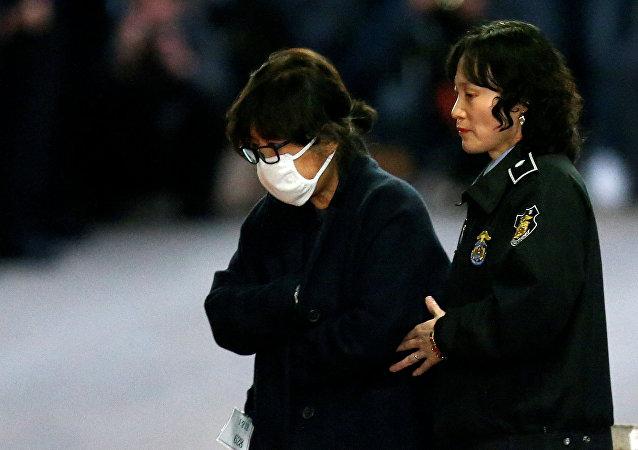 Choi Soon-sil, amiga da presidente sul-coreana Park Geun-hye, saindo de um tribunal em Seul, Coreia do Norte, em 3 de novembro de 2016