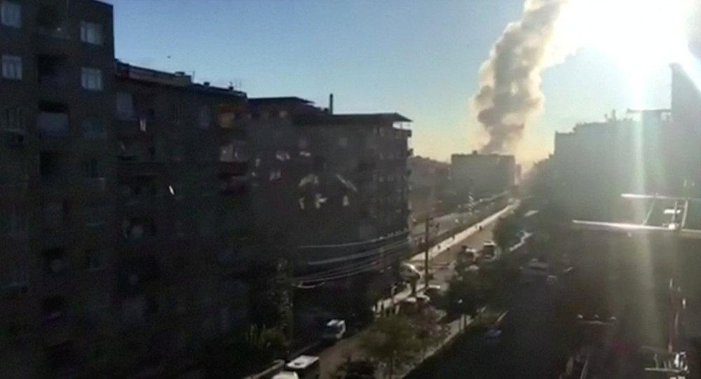 Fumaça é vista no local da explosão no centro de Diyarbakir, no sudeste da Turquia
