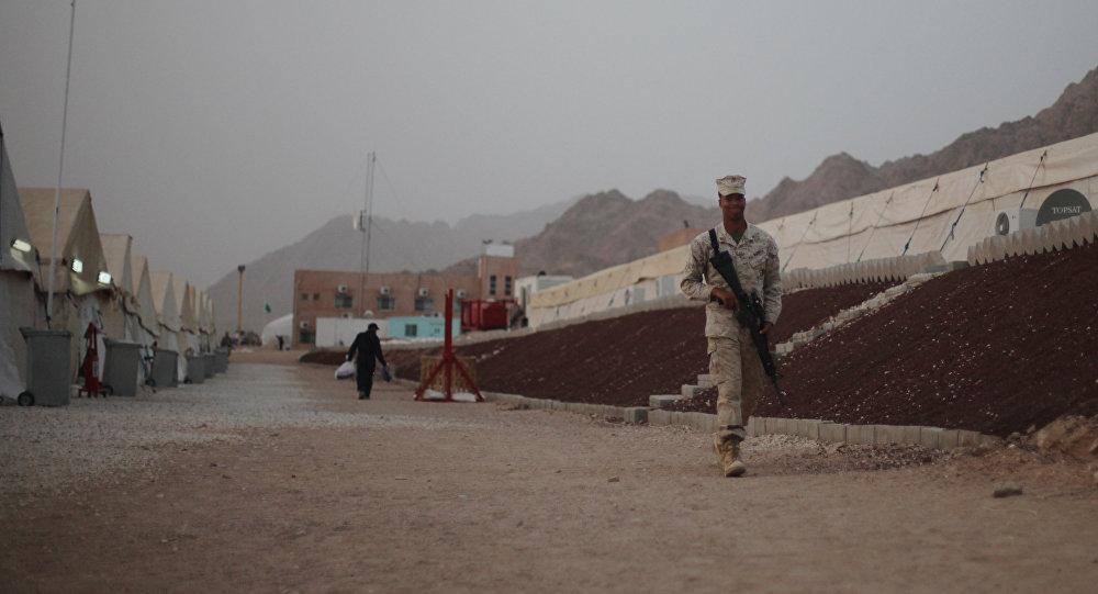 Um militar estadunidense patrulha uma base militar dos EUA perto do aeroporto de Aqaba, situada ao sul de Amman, capital da Jordânia