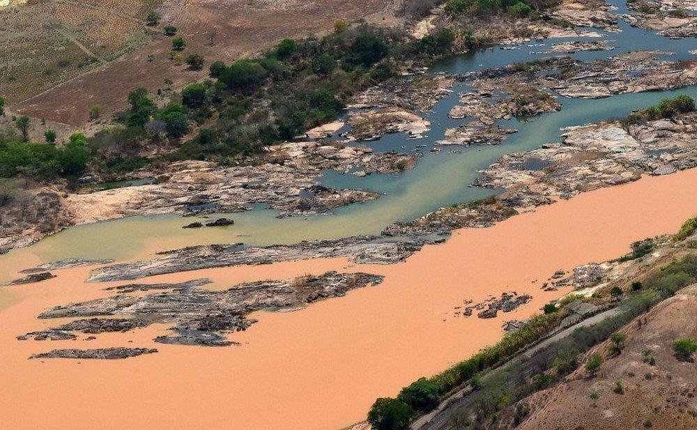 A lama da barragem matou toda a flora e fauna marinha do Rio Doce