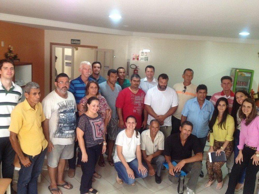 Rodolfo Zulske, (de blusa listrada azul) e outras lideranças de pescadores reunidos em Resplendor com a Samarco