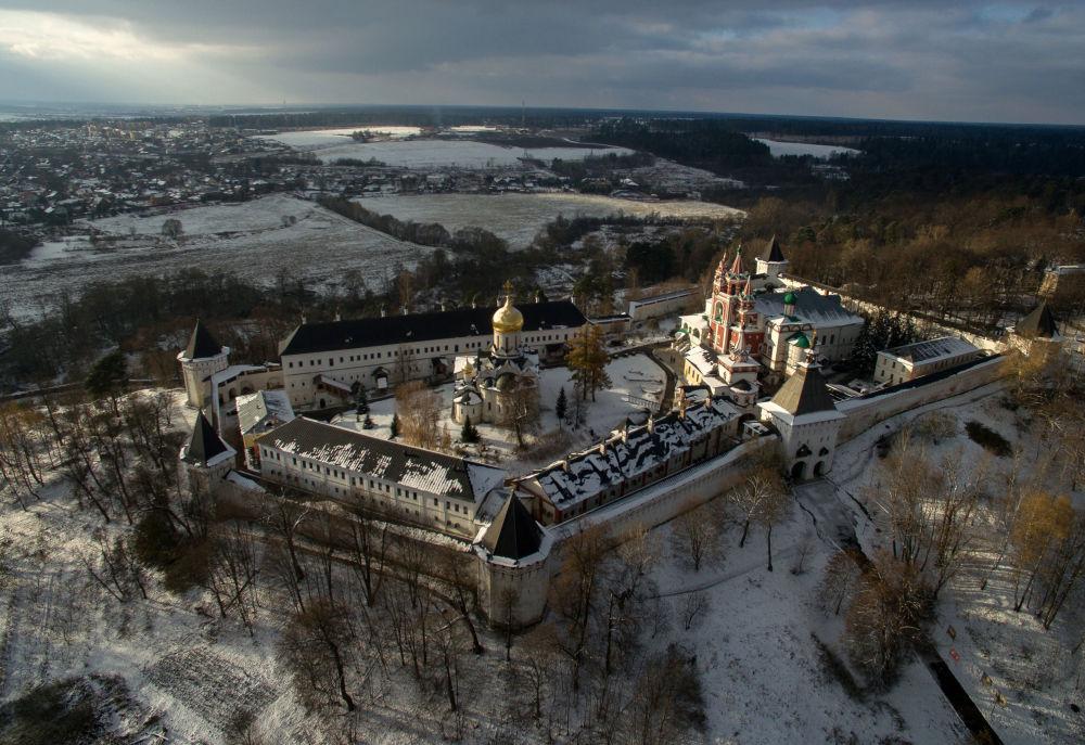 Vista do Mosteiro Savvino Storozhevsky, dois quilômetros a oeste da cidade de Zvenigorod, nos arredores de Moscou
