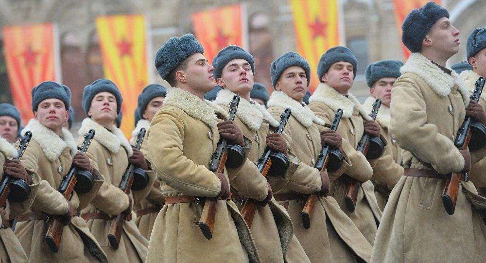 Estudantes de escolas militares participam da marcha solene dedicada ao 75º aniversário da parada militar de 1941 na Praça Vermelha em Moscou, Rússia, 7 de novembto de 2016