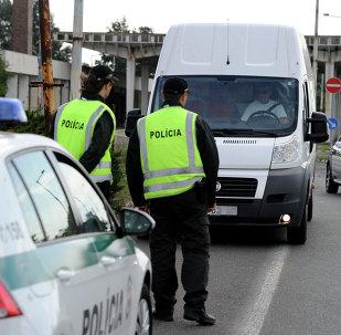 Agentes de polícia da Eslováquia monitoram rodovia perto da fronteira do país com a Hungria. Posto de controle entre Čunovo e Rajka. 14 de setembro de 2015.