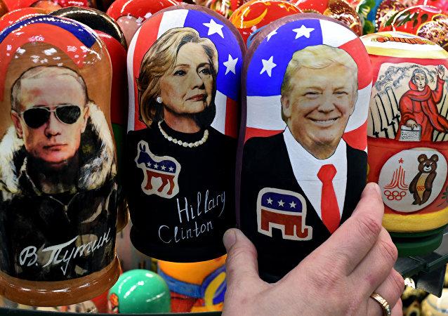 Bonecas tradicionais russas, 'matryoshkas', com imagens de Trump, Putin e Clinton