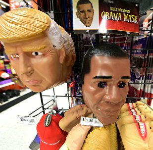 Máscaras do atual presidente dos EUA, Barack Obama, e dos candidatos à presidência dos EUA, Donald Trump e Hillary Clinton, Alhambra, Califórnia, EUA, 21.10.2016