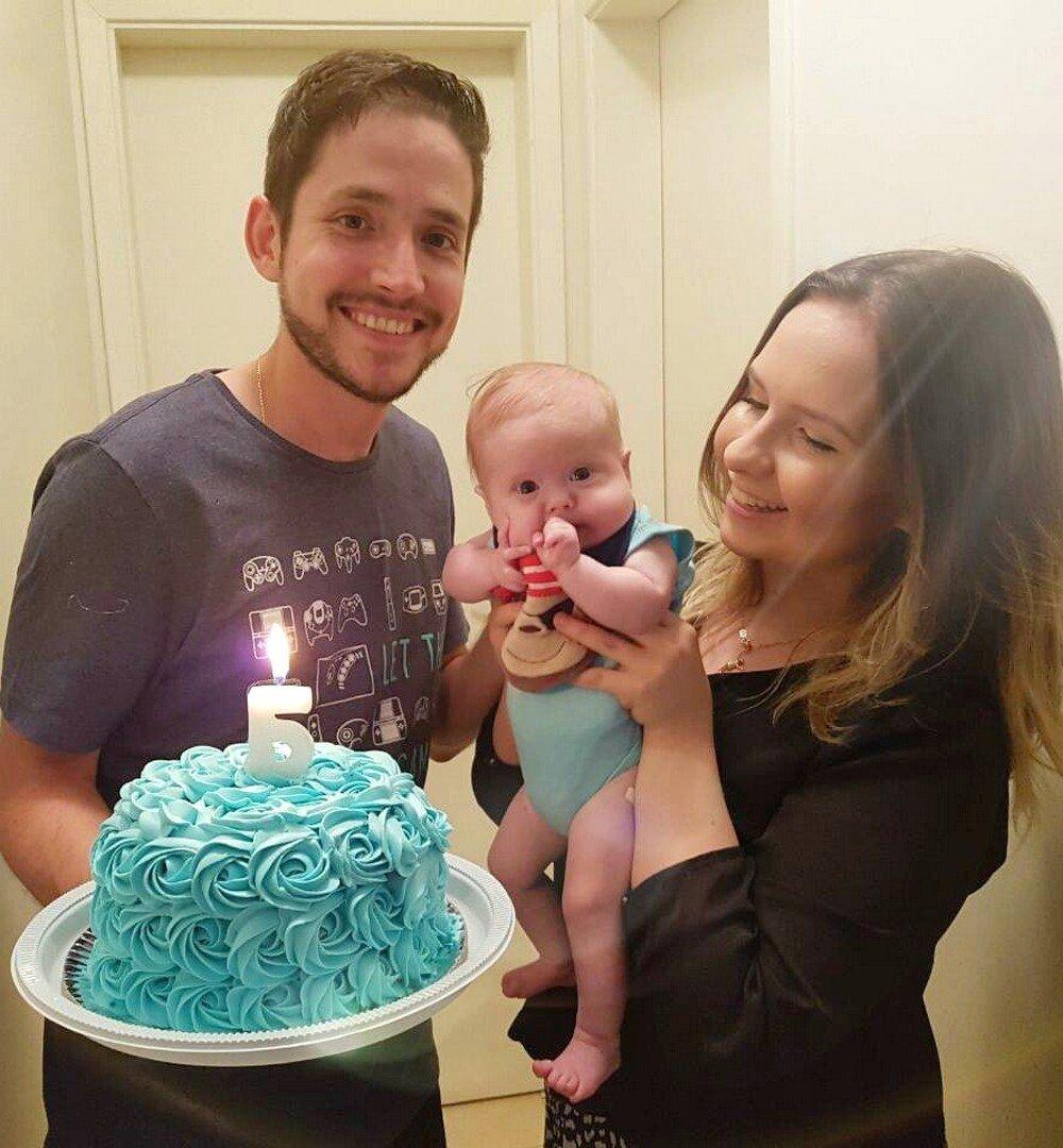 Família reunida celebrando os 5 meses de Henri, no último dia 22 de outubro