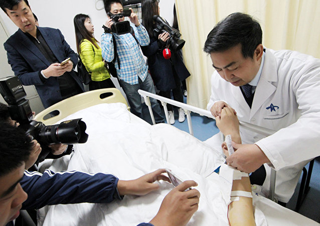 Cirurgião implanta nova orelha no braço de chinês que perdeu o órgão em acidente