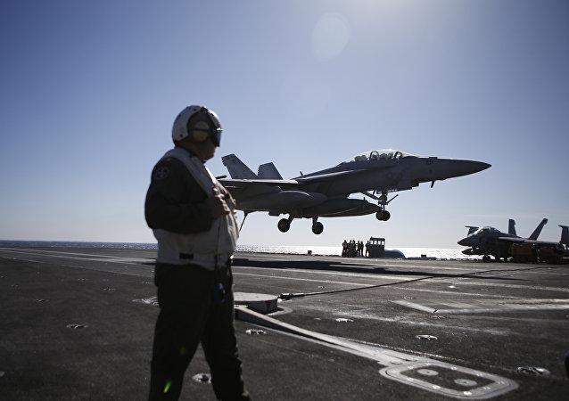 Pouso do caça americano F/A-18 Super Hornet a bordo do porta-aviões Ronald Reagan durante exercícios navais conjuntos dos EUA e Coreia do Sul, 28 de outubro de 2015