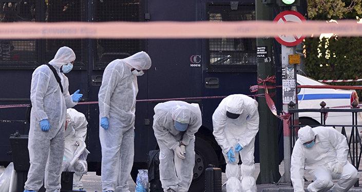Policiais gregos examinam a entrada para a embaixada francesa em Atenas, Grécia, 10 de novembro de 2016