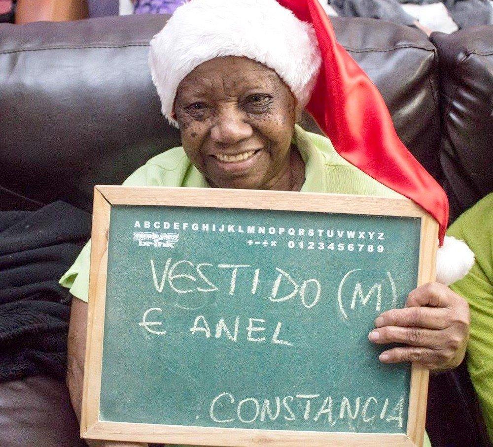 Sorridente, a Constancia pediu um vestido e um anel de Natal