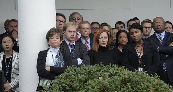 A equipe de Obama assiste o atual presidente discursando no Rose Garden em 8 de novembro, parabenizando Trump pela vitória.
