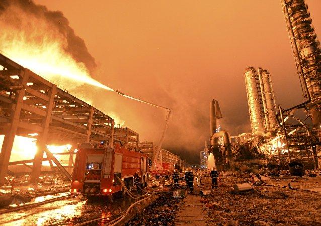 Bombeiros tentam apagar o incêndio em uma usina petroquímica em Zhangzhou, na província de Fujian, China