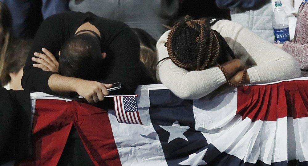 Simpatizantes da candidata democrata Hillary Clinton assistindo o apuramento dos votos, em 8 de novembro de 2016