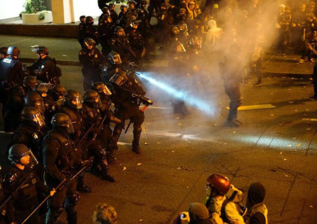Polícia dispersa multidão em protesto contra a eleição de Donald Trump como presidente dos EUA. Portland, Oregon, 12 de novembro de 2016.
