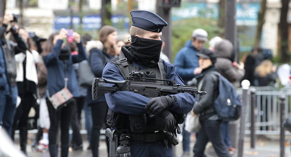 Um policial francês guarda a entrada ao Bataclan em 13 de novembro de 2016