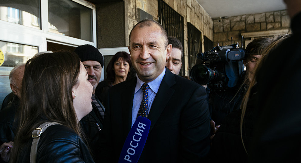 Antigo comandante da Força Aérea da Bulgária, major general Rumen Radev, o candidato presidenciável do Partido Socialista búlgaro conversa com mídia depois de votação  nas eleições presidenciais em Sofia