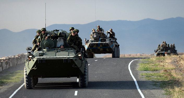 Coluna de veículos blindados de trasporte pessoal da Rússia e Armênia durante os exercícios Irmandade indestrutível 2015, Armênia (foto de arquivo)