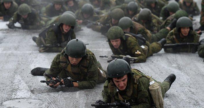 Agentes da Guarda Nacional da Rússia durante o concurso militar na região de Novosibirsk, Rússia, outubro de 2016