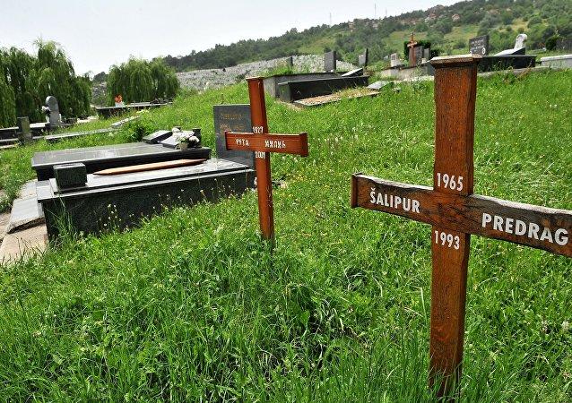 Túmulo de Predrag Salipur, um sérvio morto por militantes muçaulmanos entre 1992 e 1993, em Sarajevo, Bósnia