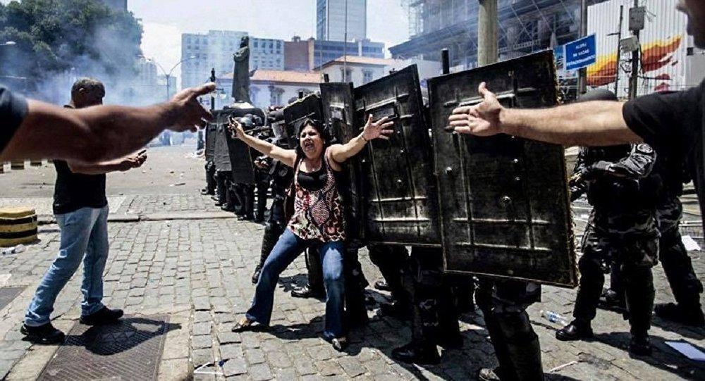 PM em frente à Alerj durante manifestação contra cortes - Rio de Janeiro, 16 de novembro