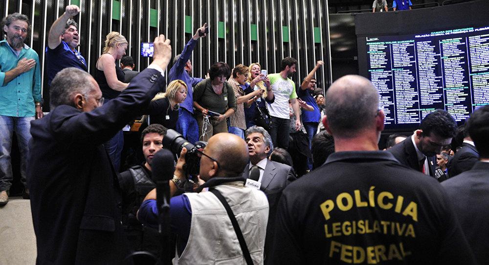 Manifestantes invadem o plenário da Câmara dos Deputados
