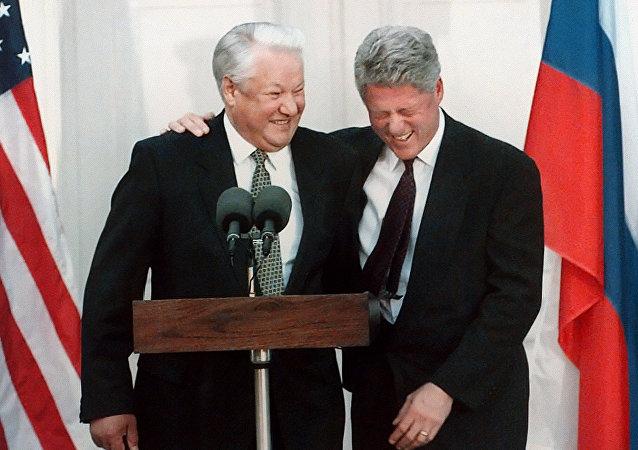 Ex-presidentes da Rússia e dos EUA, Boris Yeltsin e Bill Clinton, durante a entrevista coletiva em Nova York, EUA, 23 de outubro de 1995