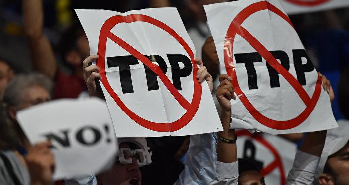 Delegados manifestam sua indignação com o TTP durante o primeiro dia do Convenção Nacional do Partido Democrata em Filadélfia, na Pensilvânia, EUA, em 25 de julho de 2016