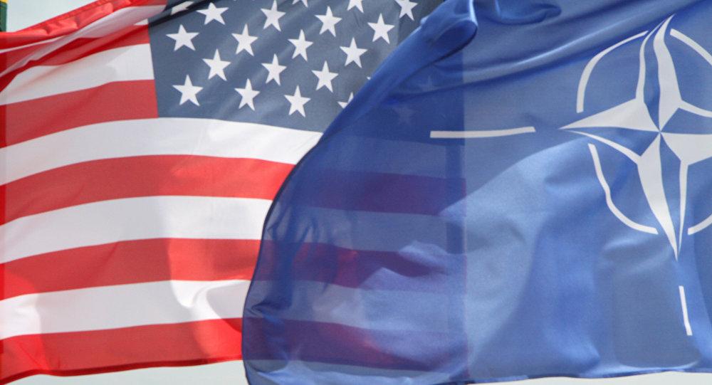 Bandeiras dos EUA e da OTAN em frente a caças F-22 Raptor da Força Aérea norte-americana na Lituânia (arquivo)