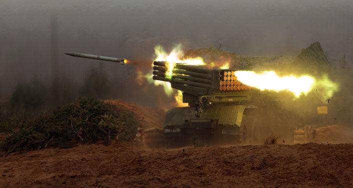 Sistema soviético de artilharia Grad, também conhecido como BM-21, mostra suas capacidades durante exercícios no distrito de Leningrado (distrito com capital em São Petersburgo, mas que mantem seu nome antigo).