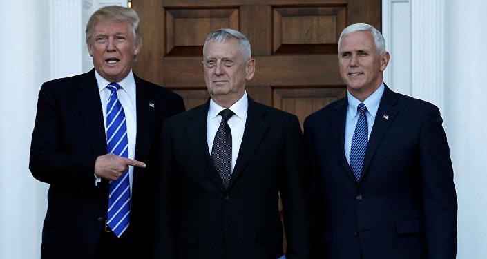 Presidente eleito Donald Trump com ex-general James Mattis em Bedminister, Nova Jersey, 19 de novembro de 2016