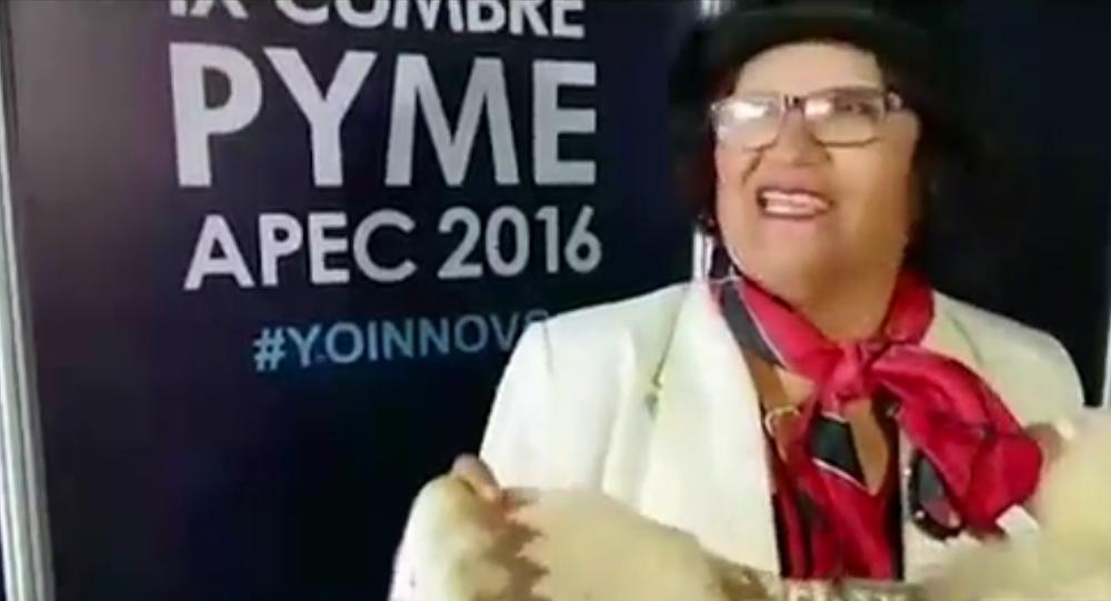 Mulher peruana tenta oferecer suéter a Putin
