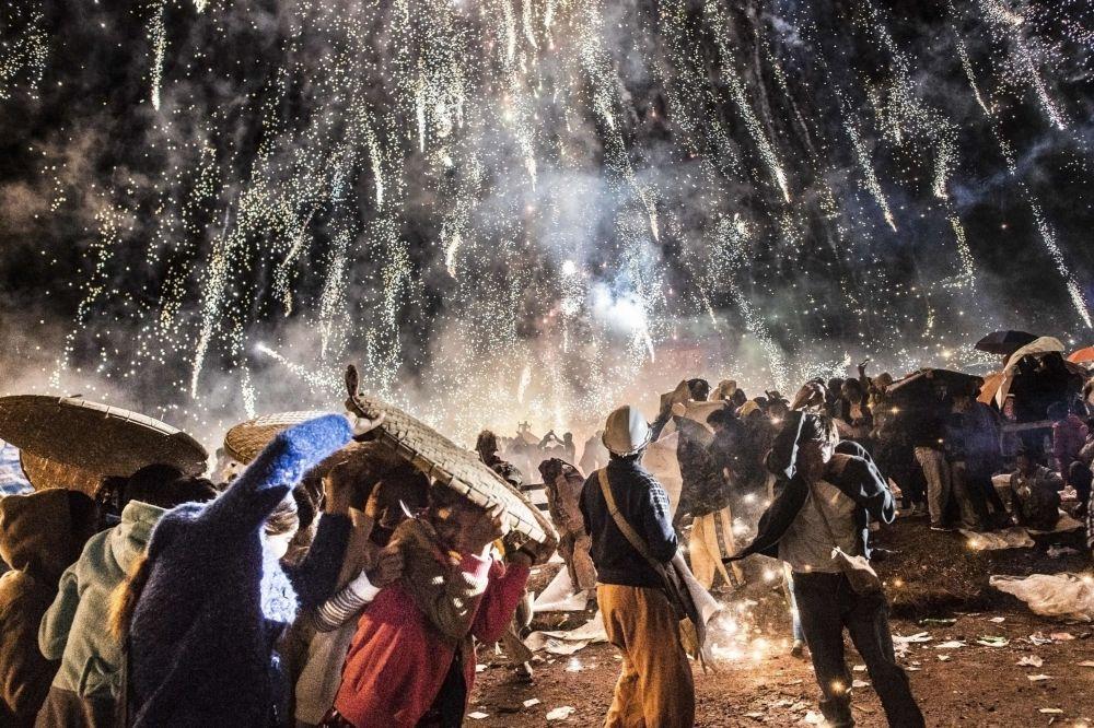 O festival Tazaungdaing, também conhecido como Festival das Luzes, em Taunggyi, Birmânia, marca o fim da temporada das chuvas. É um acontecimento significativo para os monges budistas locais, já que, nesse dia, os cidadãos lhes oferecem novas vestimentas e lhes fazem doações