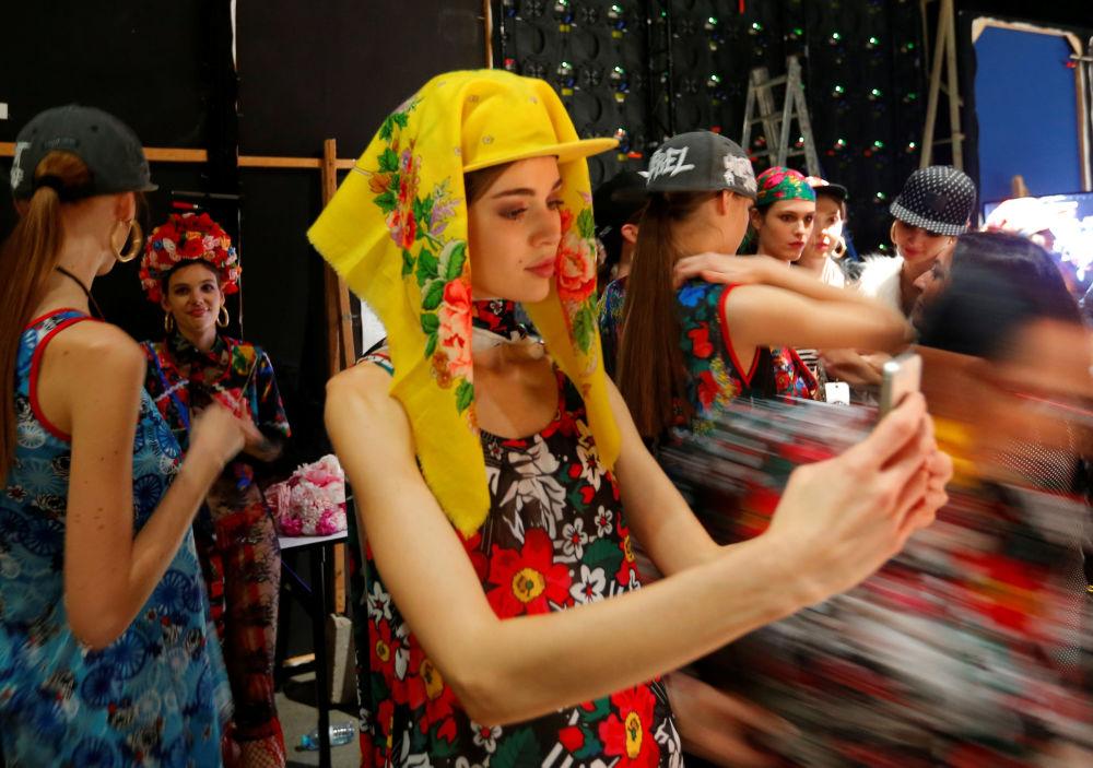 Modelos em Budapeste, Hungria, à espera do início do Design Fashion Show, que se realizou no Museu de Belas-Artes da capital húngara