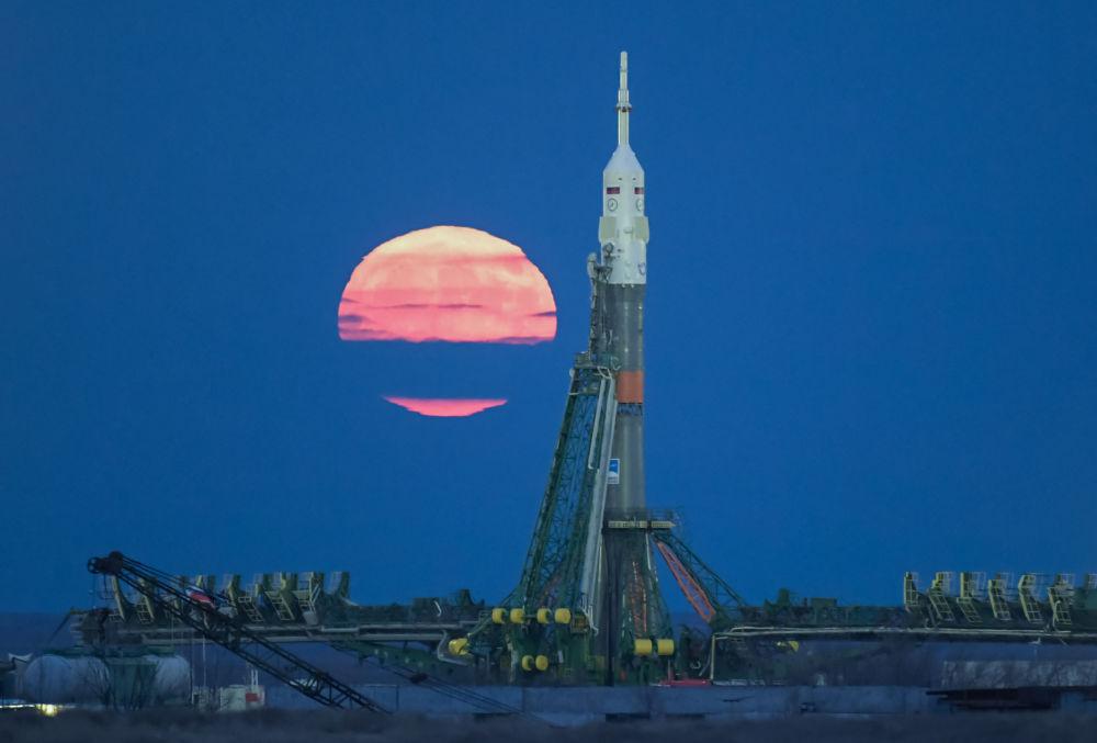 A superlua no cosmódromo de Baikonur. Em 14 de novembro, a Lua atingiu o ponto mais próximo da Terra desde 1948. Da próxima vez que este fenômeno se repetirá no ano de 2034
