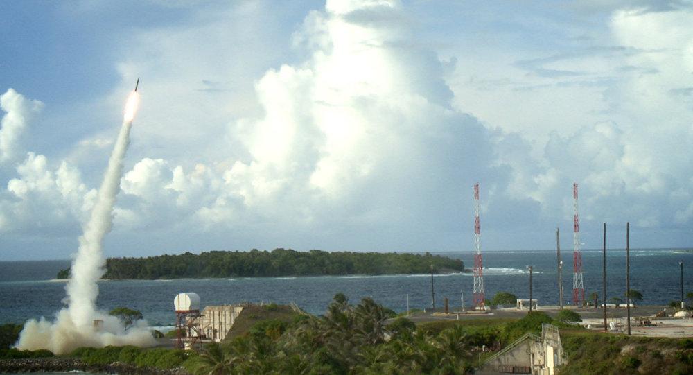 Dois interceptores de Terminal de Alta Altitude de Área (THAAD) são lançados durante um teste de interceptação bem-sucedido
