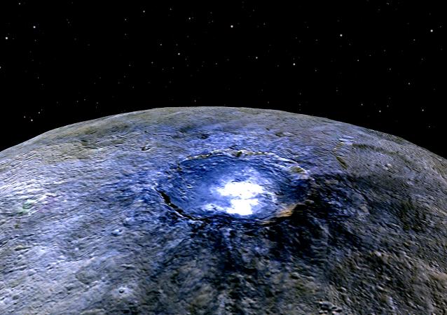 A cratera grande de Occator, no planeta anão Ceres, iluminada de cores irreais para mostrar as diferenças no perfil da superfície