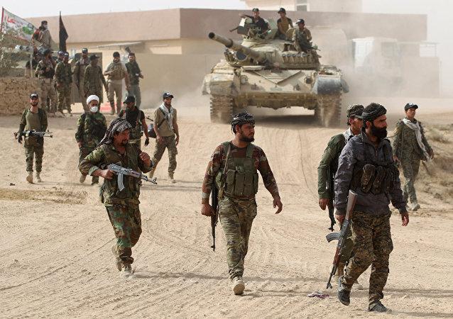 Os combatentes xiitas do Hashed al-Shaabi (Unidades Populares de Mobilização) entram na aldeia de Abu Shuwayhah, ao sul do Mossul, no dia 1 de novembro de 2016