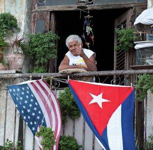 Bandeiras de EUA e Cuba penduradas na varanda de uma casa em Havana