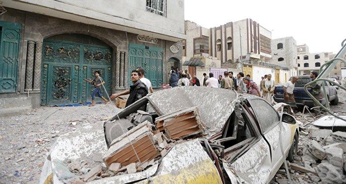 Cidadãos do Iêmen no local de um ataque aéreo em Sanaa