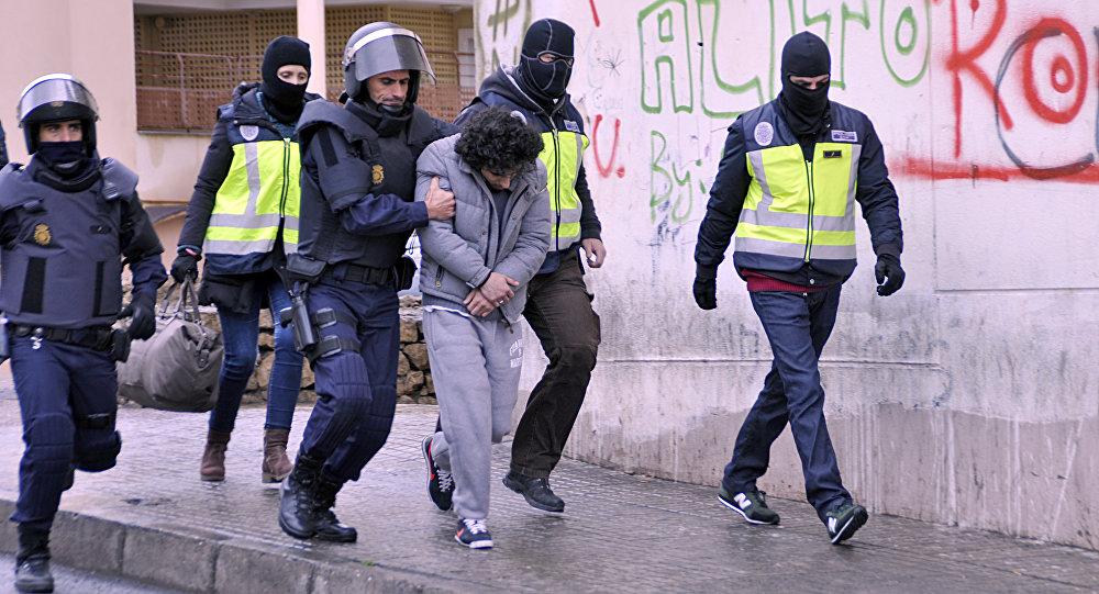 Policiais prendem um suspeito de pertencer a uma célula jihadista na cidade espanhola de Melilla em 14 de março de 2014